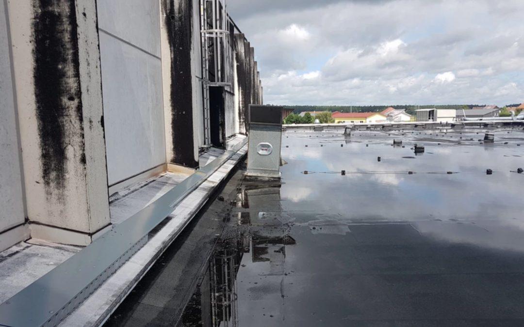 Flachdächer ohne Gefälle oder mit stehendem Wasser: Zulässig oder Mangel?